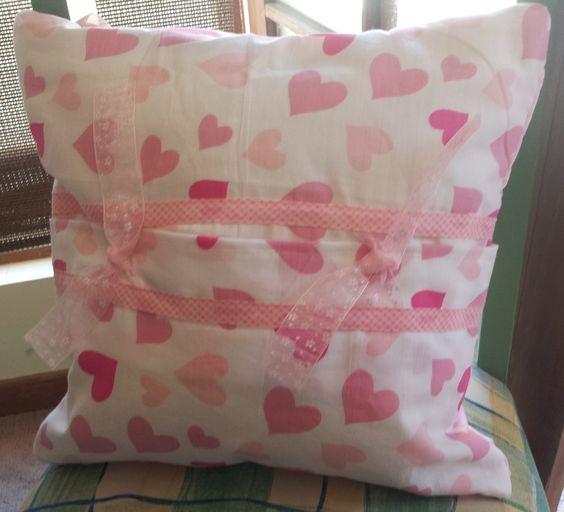 Almohadón drapeado rosado, vista posterior con cintas de organza. Algodón 100 %