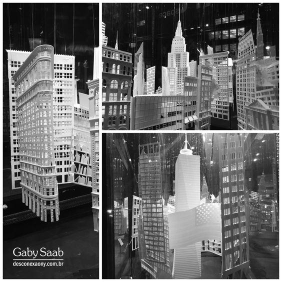 """Exposição com origamis dos prédios de NYC. """"Constructing from the Razor's Edge"""" de Christina Lihan."""