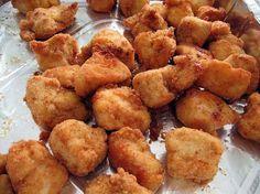 Ricetta Pollo fritto all'italoamericana |ngredienti 5 ali di pollo tagliate a metà farina q.b. un barattolo grande di yogurt magro erbette aromatiche secche di vario tipo una foglia di alloro una bottiglia di passata di pomodoro già pronta cipolla q.b. due cucchiaio di zucchero due cucchiaio di aceto olio di mais q.b. sale q.b. pepe q.b.
