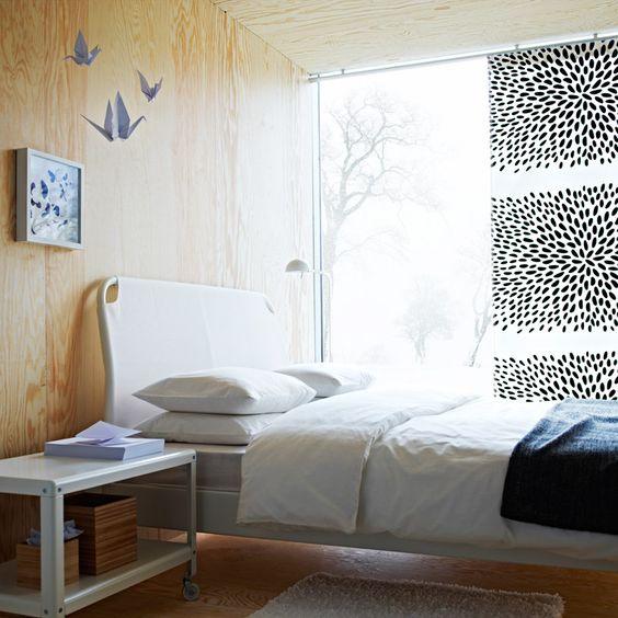 Ein Schlafzimmer mit DUKEN Bettgestell in Weiß, DVALA Bettwäsche-Sets in Weiß, IKEA PS 2012 Couchtisch in Weiß und GURLI Plaid in Grau/Schwarz