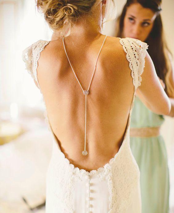 Il s'agit d'un collier de dos «Back camélia» couleur argent. Coordonner avec les belles robes de soirée dos faibles que c'est un morceau parfait pour ajouter un look plus élégant à votre garde-robe. Bien sûr vous pouvez le porter aussi comme un collier devant Y. • Choisir la