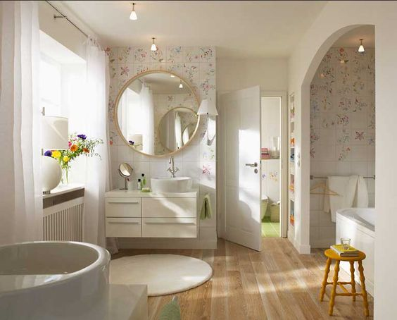 Badezimmer landhausstil ideen mit schöne florale keramikfliesen
