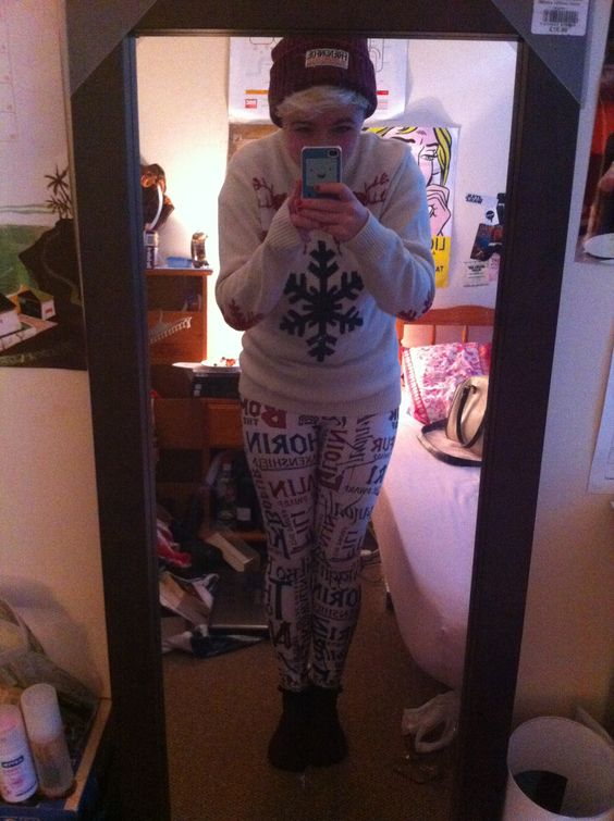 This is now my favourite Christmas Outfit. Purple. Friend'n'Foe beanie. White Christmas jumper. White Names Leggings.