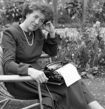 Literatura escrita por mujeres Enid Blyton http://ellibrodurmiente.org/blyton-enid/ Enid Blyton nació el 11 de agosto de 1897 en el barrio londinense de East Dulwich. Su madre se llamaba Theresa Mary. Su padre, Thomas Carey Blyton, y era vendedor de cuberterías. Enid era la mayor de tres hermanos.........: