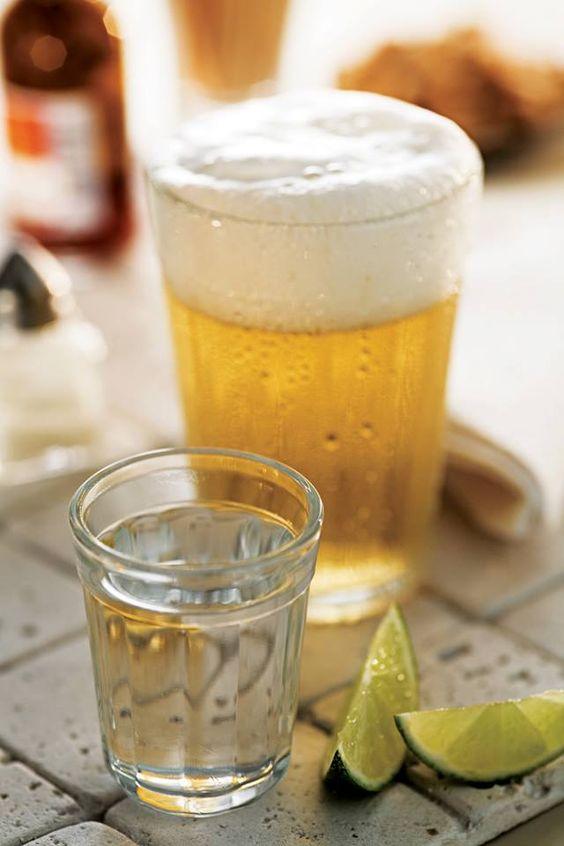 """Copo Americano no Guia dos Curiosos: """"Copo Americano - O típico copo de botequim foi inventado por Nadir Figueiredo em 1947. Existem cinco tipos de copo americano: dose, multiuso, long drink 300 ml, long drink 450 ml, e rocks. Em 1999, o multiuso foi eleito """"O Melhor Copo para Cerveja"""". Dez anos depois, o Museu de Arte Moderna de Nova York passou a vendê-lo como produto típico do Brasil, por três dólares cada""""."""