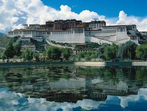 Дворец Потала – это огромный буддистский храмовый комплекс, расположенный на высоте в 3.767 метров.  Был резиденцией Далай-Ламы до 1959 года.  Сейчас это священное место привлекает к себе тысячи паломников и туристов.