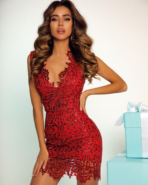 Кружевное мини-платье из красного кружева с глубоким декольте
