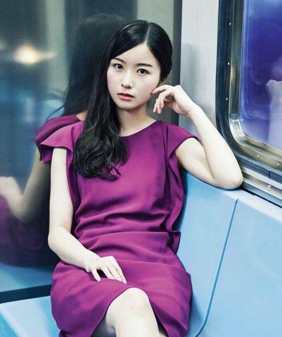 紫のドレスの佐々木琴子