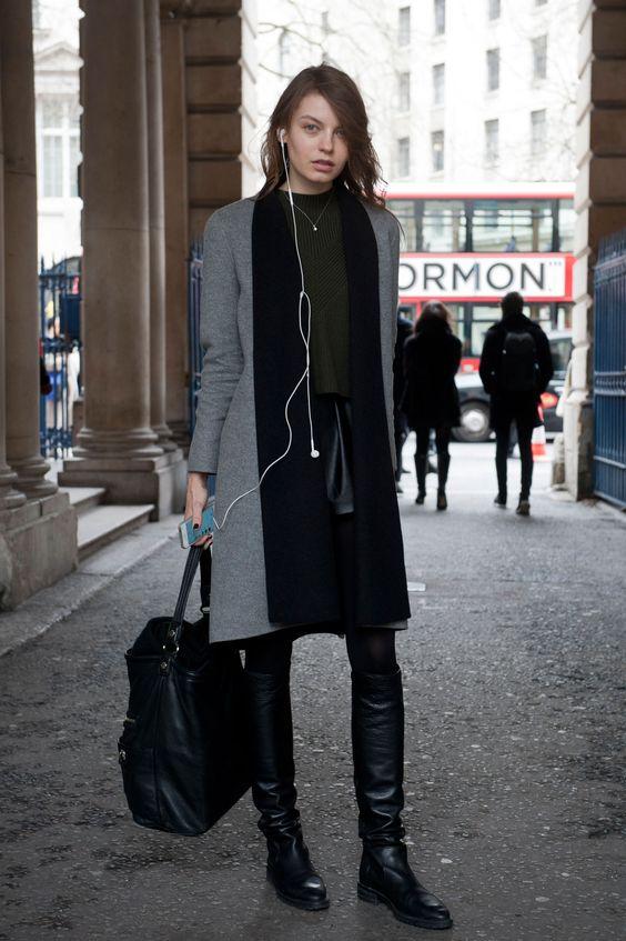 Essenziale e chic. La gonna corta di pelle è da indossare con un maglione corto e gli stivali alti. Per dare una svolta casual definitiva, scegli una maxi bag a mano.