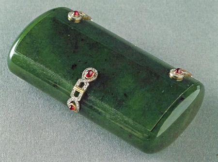 Fabergé cigarreira em Jade - Uma caixa de 8,3 centímetros de comprimento com decoração em esmalte branco , folhas de louro e cinzelados 8  rubis cabochão . Feita por Wigström Henrik, o especialista jade outro Fabergé (Coleção João Traina, San Francisco).