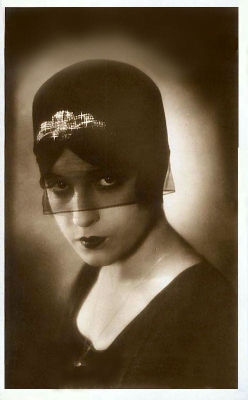 Lili Damita @@@@@......http://www.pinterest.com/pocketmuseum/1920s-fashion-in-photographs/  ......€€€€€€€€€€€€€€€€€€€€€€€€€€€€:
