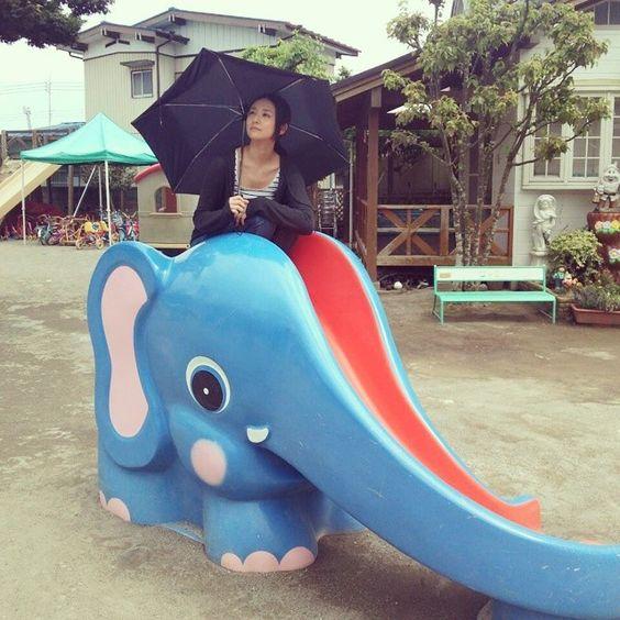 象の滑り台に乗った木村文乃