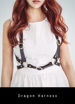 Today's Hot Pick :ドラゴンハーネス http://fashionstylep.com/SFSELFAA0015699/coiija/out 合成皮革素材を使ったシックなハーネスです。 アンダーバストでタイトにフィットするデザインに☆ バックルベルト付きでサイズの調整が可能です! ロックシックなコーデのワンポイントにオススメの一押しハーネス!!