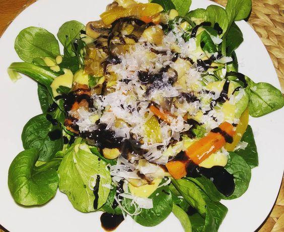 Zum Abend noch einen leckeren Salat gönnen  #gesund #ernährung  #food #eatclean  #fitness #healtyfood  #salat  #champignons #paprika  #yammy  #fit #lowcarb  #sport by nadinegorny
