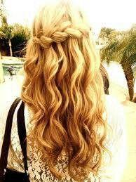 #Trendfrisur Sommer 2014 quer eingeflochtener #Zopf mit langem welligem Haar. Bei mittellangem Haar prima für #Extensions