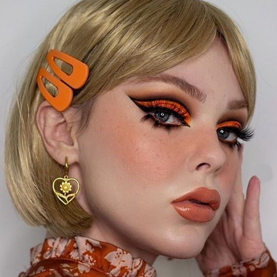 Ella recrea el maquillaje de los 60 con un giro moderno