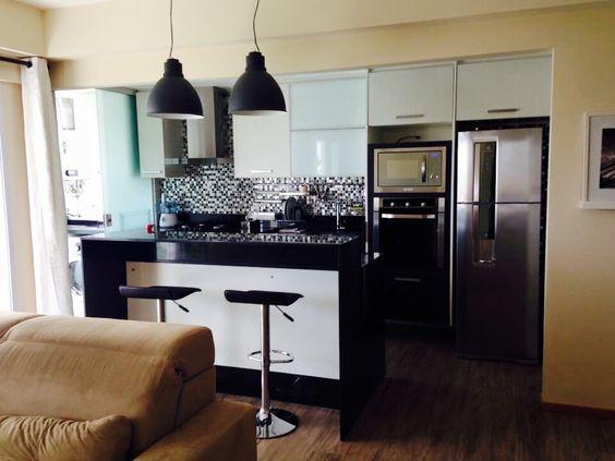 Cozinha integrada com a sala através da ilha gourmet - apartamento Recreio dos Bandeirantes/RJ Projeto: Aderson Caldas
