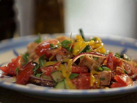 Panzanella. Prato italiano consiste numa salada com um toque especial: pão dormido ♥
