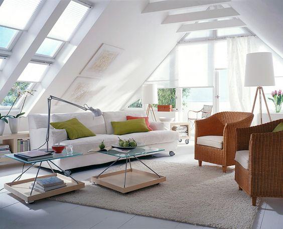 Helle Atmosphäre für Dachräume Ein verglaster Giebel und große Dachfenster lassen viel Tageslicht in den Dachraum. Raffinierte Rollos, die auf die Fenster individuell zugeschnitten sind, spenden bei Bedarf Schatten. Um der optischen Schwere schräger Wände entgegen zu wirken, wurden ausschließlich helle Wandfarbe und bodenfreie Möbel verwendet. Nützlichen Stauraum bieten flache, eingepasste Regale, die in der Höhe mit den Schrägen abschließen.