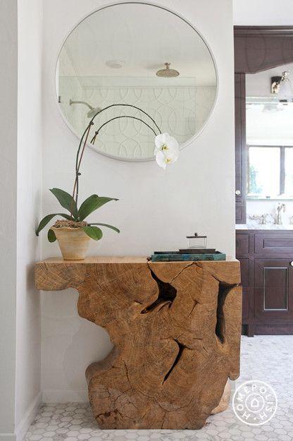 Organically shaped wood console table #decoração #decoration #pin_it @mundodascasas Veja mais aqui(See more here) www.mundodascasas.com.br