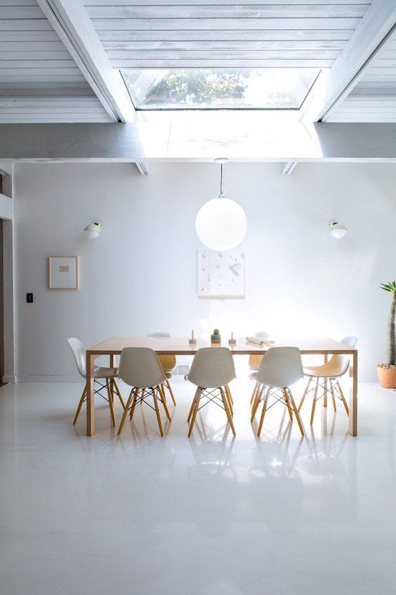 Table sous un puit de lumi re deco decoration salon for Lumiere salon decoration