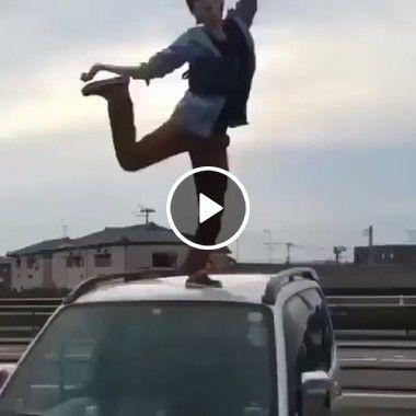 Olha que dança maluca e que tombo brutal