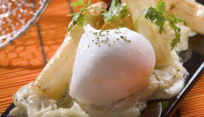 Espárragos con crema de cebolla y huevo poché