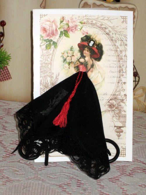 Esta hermosa tarjeta es 5 x 8 y llega en una caja de regalo, ensobrado también está incluido. El pañuelo es un nuevo estilo vintage pañuelo 12 x 12.