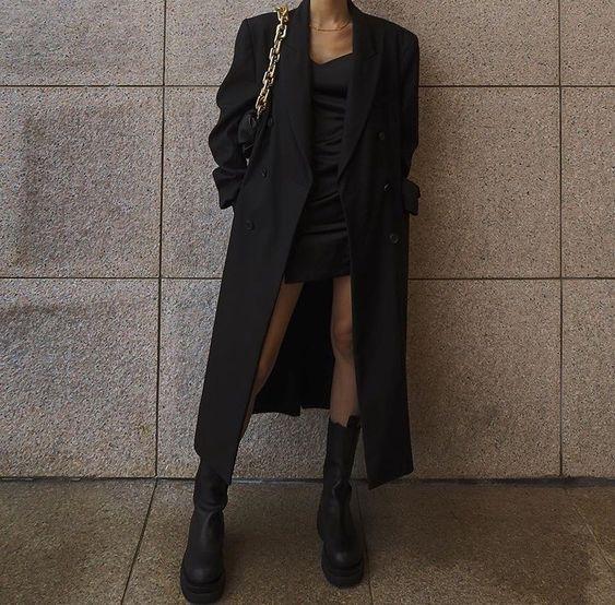 Look com vestido e blazer e coturno super moderno