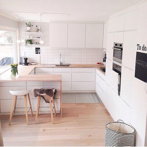 Stile scandinavo di cucina piccola a forma di U in bianco e legno: