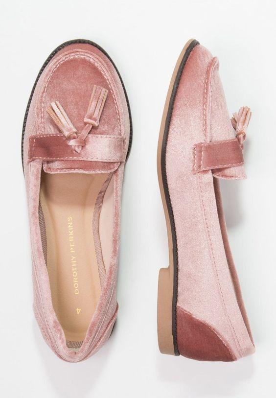 Joli combo mode : velours + rose poudré + mocassins = succès assuré !