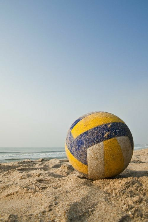 Imagine Ce Petit Ballon Sur Une Plage De Bretagne Ou Au Bresil Elena Zemoura Pointu Au Pow In 2020 Volleyball Wallpaper Volleyball Backgrounds Volleyball Photography