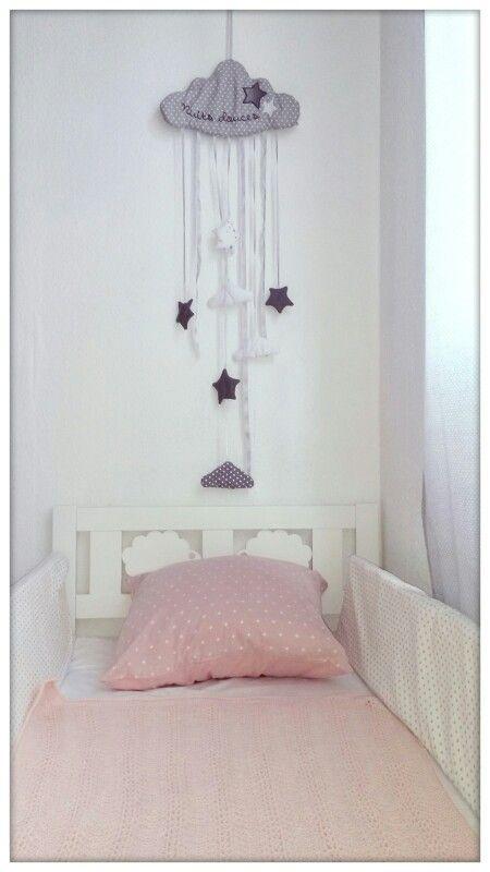 Cameretta rosa bianca grigia bimba. Il cuscino l'ho acquistato nel negozio HEMA a Essen €5. La nuvola decorativa da muro l'ho presa da MAISONS DU MONDE €10. Lettino bianco con pecore da IKEA. Paracolpi e tende realizzate con tessuto comprato da TEDDOX € 15 circa. Arredo rosa economico ed elegante.  Girl pink grey white nursery
