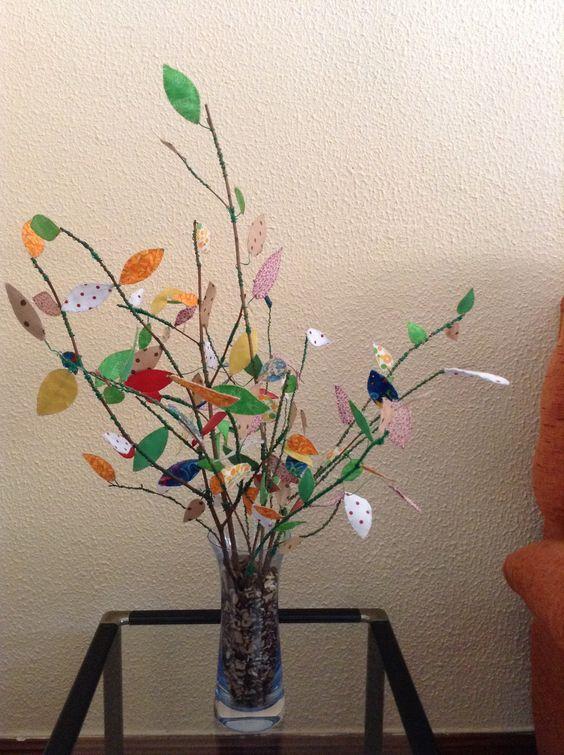 Centro con ramas secas y hojas hechas de   telas, están sujetas con alambre de jardinería. Idea cogida de Internet.