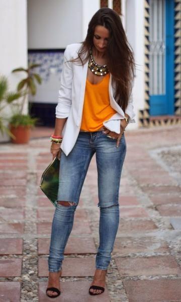 Laranja fica ótimo com jeans, pois o laranja e o azul são cores complementares no espectro cromático.