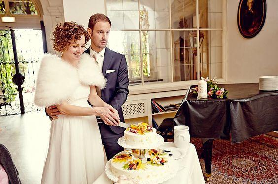Hochzeit Melanie & Walter  Salzburg - Schloss Leopoldskron  Brautpaar beim Anschneiden der Hochzeitstorte