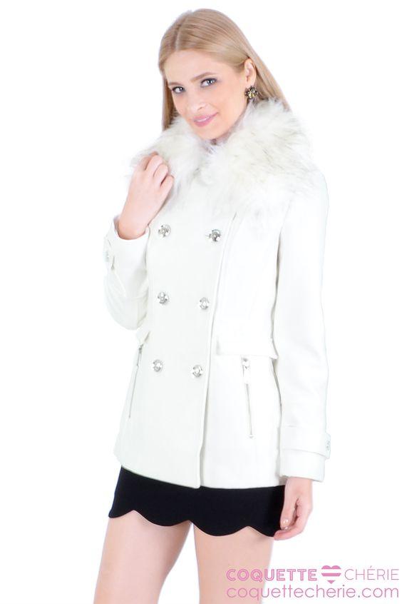 Se você esta cansada de usar preto no inverno, uma ótima opção é a cor off white! Este modelo é acinturado, tem botões, pregas atrás. A gola de pelo é removível. Lindo demais! Para combinar com todas os looks de inverno! -- Casamento civil -- Passeio -- Viagem