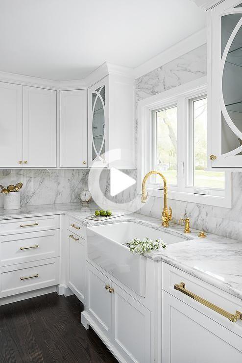 Bianchi Shaker Mobili Da Cucina Accentati Con Pomelli In Ottone E Un Banco Di Marmo Lucido In 2020 White Shaker Kitchen Cabinets Black Kitchen Faucets Kitchen Cabinets