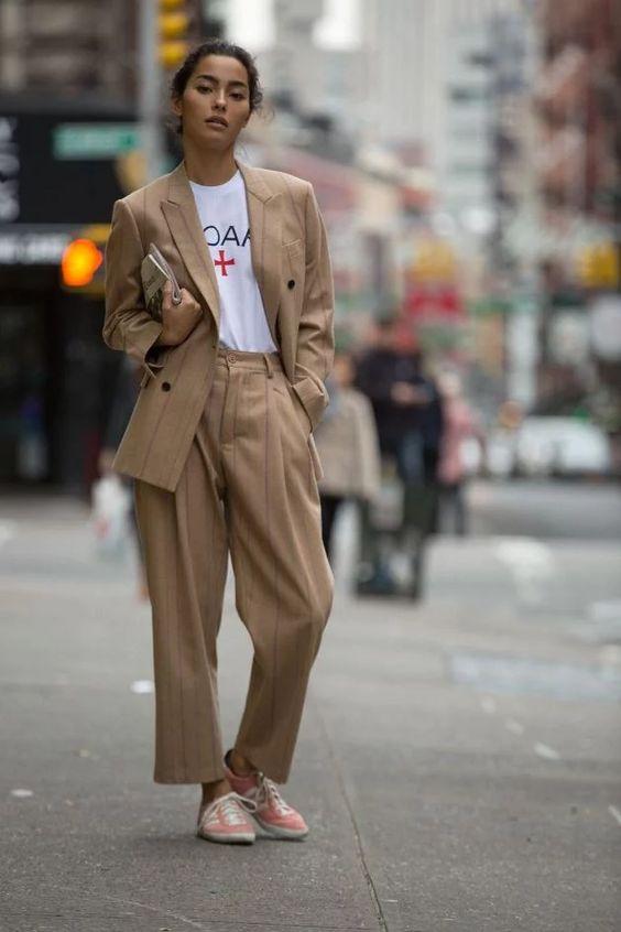 Мода 2020: как выбрать и с чем носить брючные костюмы | Новый канал