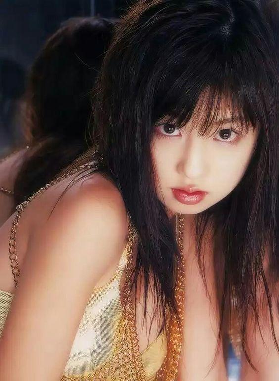 強い目つきの小倉優子