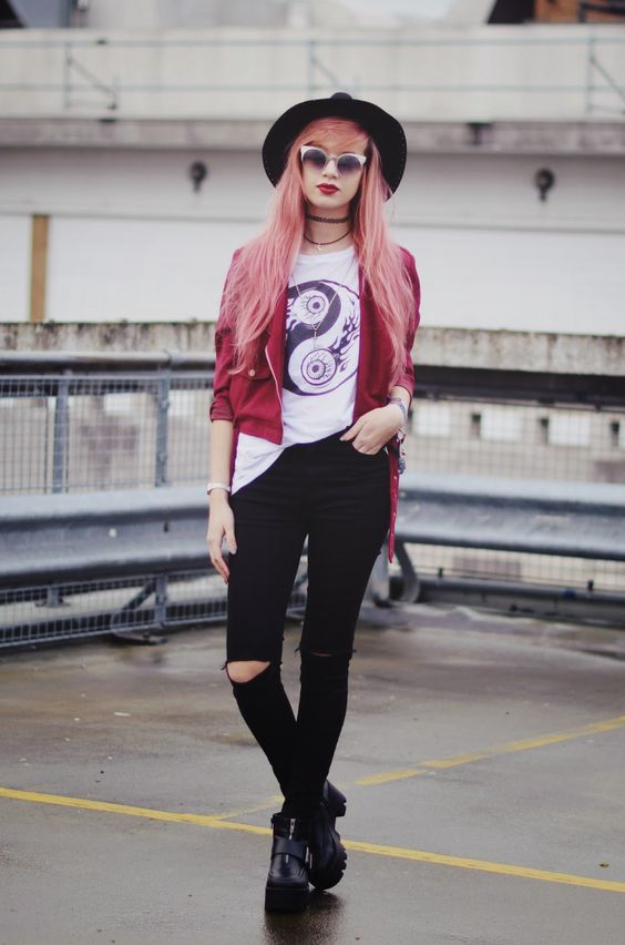 The awesome Amy Valentines rockin' our busted knee jeans £27 'The Elsa' http://www.amyvalentine.co.uk/ #blogger #amyvalentine #blackdenim #rippedknees