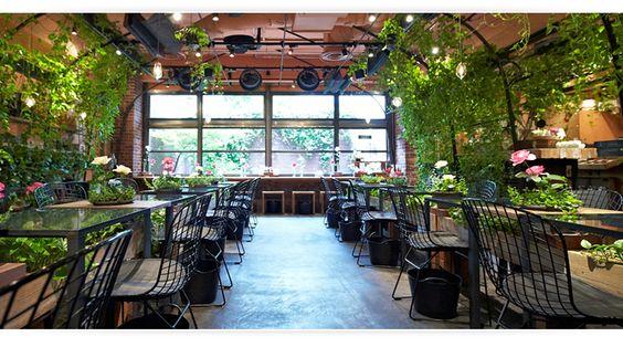 一面のグリーンとお花に囲まれた店内!温室をイメージしたというディスプレイは、まさに植物の息吹を間近で感じられる癒しの空間です。