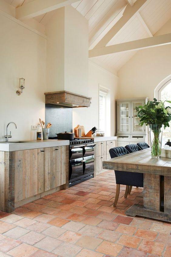 Landelijke houten keuken met nostalgisch fornuis en mooie ombouw voor de afzuigkap. Nog meer voorbeelden een handige video op http://nieuwekeukenplanner.nl/keuken-inspiratie-en-tips/landelijke-keukens-samenstellen/