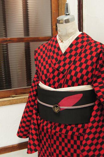 スカーレットとブラックの市松パターンモダンなウール単着物 - アンティーク着物/リサイクル着物のオンラインショップ ■□姉妹屋□■  赤黒で織り出された変わり市松パターンがモダンなウールの単着物です。