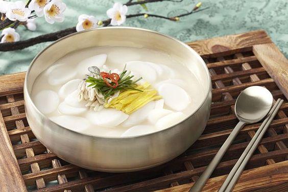 Súp bánh gạo, một món ăn truyền thống của Hàn Quốc trong dịp Tết