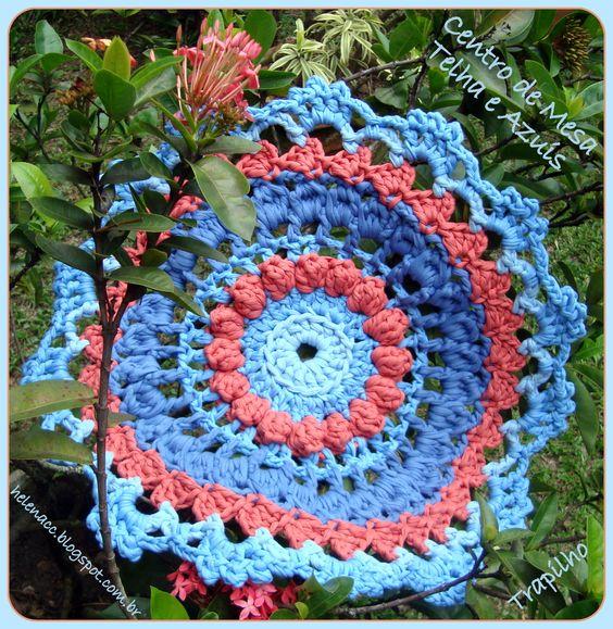Centro de Mesa Telha e Azuis em Trapilho (Rag Crochet: table center).  Gráfico (Pattern): http://helenacc.blogspot.com.br/2013/02/centro-de-mesa-telha-e-azuis-em-trapilho.html