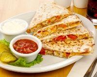 Quesadillas au poulet _ http://www.cuisineaz.com/recettes/quesadillas-au-poulet-60858.aspx