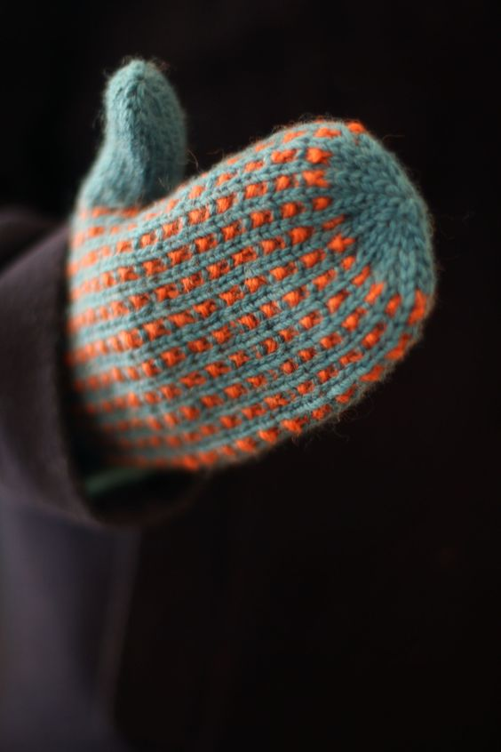 This month the blog Pinnekroken have a challenge to knit to the theme «own luxury». I love my Frida mittens, I use them every day but it wouldn't harm anyone to have another pair.…
