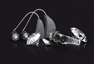 Ytango hoortoestel met hoorhulp Qleaf Pro en witte diamanten, zwarte achtergrond. Hearing aids are so 2014!