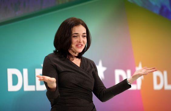 Sheryl Sandberg ist die Frau die sich bei Facebook im Hintergrund hält und dort alle wichtigen geschäftlichen Strippen zieht